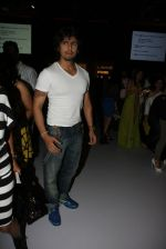 Sonu Nigam at Khushali Kumar Show at lakme fashion week 2012 in Grand Hyatt, Mumbai on 2nd March 2012 (51).JPG