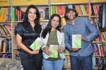Pooja Bedi, Akashdeep Saigal at the launch of Kiran Manrals book in Crossword, Juhu on 16th March 2012 (34).JPG