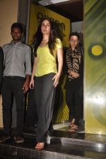 Kareena Kapoor, Karisma Kapoor watch agent vinod in Pixion, Bandra on 18th March 2012 (22).JPG