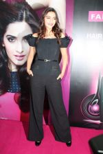 Sonam Kapoor at Loreal event in Mumbai on 22nd March 2012 (16).JPG