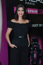 Sonam Kapoor at Loreal event in Mumbai on 22nd March 2012 (29).JPG