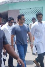 Salman Khan at Mona Kapoor funeral in Mumbai on 26th March 2012 (235).JPG