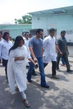 Salman Khan at Mona Kapoor funeral in Mumbai on 26th March 2012 (236).JPG