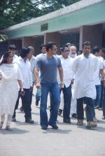 Salman Khan at Mona Kapoor funeral in Mumbai on 26th March 2012 (239).JPG