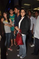 Ritesh Deshmukh, Genelia D Souza with Housefull 2 Stars snapped at Airport in Mumbai on 4th April 2012 (85).JPG