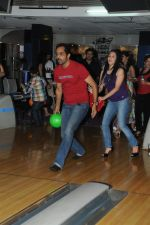 Vishwajeet Pradhan Bowling at the Celebration of the Completion Party of 100 Episodes of PARVARISH�..kuch khatti kuch meethi in bowling alley on 7th April 2012.JPG