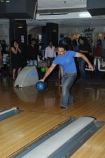 Vivek Mushran Bowling at the Celebration of the Completion Party of 100 Episodes of PARVARISH�..kuch khatti kuch meethi in bowling alley on 7th April 2012.JPG