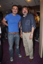 Vivek Mushran, Tony Singh at the Celebration of the Completion Party of 100 Episodes of PARVARISH�..kuch khatti kuch meethi in bowling alley on 7th April 2012 (59).JPG