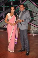 Sonakshi Sinha, Mithun Chakraborty promotes Rowdy Rathore on DID L_il Masters in Mumbai on 15th May 2012 (25).JPG