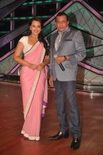 Sonakshi Sinha, Mithun Chakraborty promotes Rowdy Rathore on DID L_il Masters in Mumbai on 15th May 2012 (28).JPG