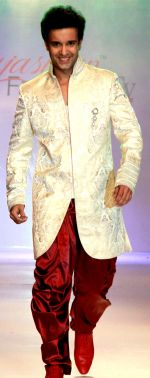amir ali on second day of Rajasthan Fashion Week at Jaipur Marriott on 25th May 2012.jpg