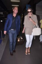Liz Hurley snapped with Shane Warne at Mumbai airport on 1st June 2012 (19).JPG