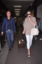 Liz Hurley snapped with Shane Warne at Mumbai airport on 1st June 2012 (30).JPG