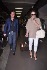 Liz Hurley snapped with Shane Warne at Mumbai airport on 1st June 2012 (31).JPG