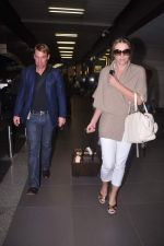 Liz Hurley snapped with Shane Warne at Mumbai airport on 1st June 2012 (33).JPG