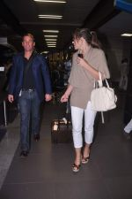 Liz Hurley snapped with Shane Warne at Mumbai airport on 1st June 2012 (35).JPG