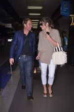 Liz Hurley snapped with Shane Warne at Mumbai airport on 1st June 2012 (37).JPG