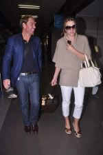Liz Hurley snapped with Shane Warne at Mumbai airport on 1st June 2012 (20).JPG