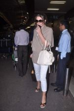 Liz Hurley snapped with Shane Warne at Mumbai airport on 1st June 2012 (22).JPG