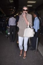Liz Hurley snapped with Shane Warne at Mumbai airport on 1st June 2012 (23).JPG