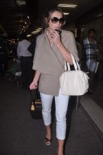 Liz Hurley snapped with Shane Warne at Mumbai airport on 1st June 2012 (24).JPG