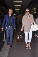 Liz Hurley snapped with Shane Warne at Mumbai airport on 1st June 2012 (29).JPG