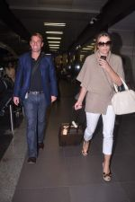 Liz Hurley snapped with Shane Warne at Mumbai airport on 1st June 2012 (32).JPG