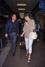 Liz Hurley snapped with Shane Warne at Mumbai airport on 1st June 2012 (36).JPG