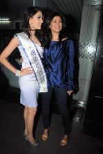 Sushmita Sen with I am She girl Himangini Singh wins Miss Asia Pacific World title and returns to Mumbai in International Airport on 21st June 2012 (64).JPG