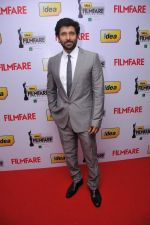 Vikram arrives at the Red Carpet of _59th !dea Filmfare Awards 2011_ (South) on 8th July at Jawaharlal Nehru indoor stadium, Chennai..jpg