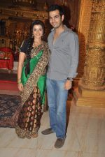 Karan Grover, Suhasi Goradia Dhami at Yahan Main Ghar Ghar Kheli 700 episodes celebrations in Filmcity, Mumbai on 10th July 2012 (93).JPG