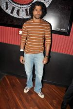 Farhan Akhtar at Ash Chandler_s play premiere in Comedy Store, Mumbai on 11th July 2012 (25).JPG