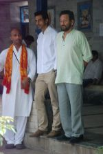 Arjun Rampal at Ashok Mehta_s funeral in Mumbai on 17th Aug 2012 (23).JPG