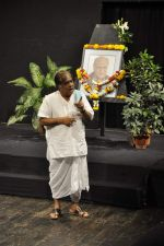 Anjan Shrivastav at A K Hangal_s prayer meet in Juhu, Mumbai on 27th Aug 2012 (24).JPG