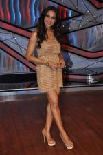 Bipasha Basu on the sets of Lil Masters in Famous Studio on 28th Aug 2012 (53).JPG