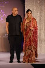 Tarun Tahiliani with Prachi Mishra (Miss India Earth 2012) at Aamby Valley India Bridal Fashion Week 2012 in association with Azva .jpg