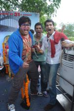 Prateek Chakravorty, Sharad Malhotra,Karan Sagoo at Sydney With Love film bus tour promotions in Mumbai on 31st Aug 2012 (38).JPG