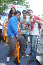 Prateek Chakravorty, Sharad Malhotra, Bidita Bag, Karan Sagoo at Sydney With Love film bus tour promotions in Mumbai on 31st Aug 2012 (37).JPG