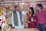 Deepika Samson, Shoaib Ibrahim with Paresh Rawal sells Ganesh idols for the promotion of his film Oh My God on 7th Sept 2012 (60).JPG
