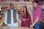Deepika Samson, Shoaib Ibrahim with Paresh Rawal sells Ganesh idols for the promotion of his film Oh My God on 7th Sept 2012 (63).JPG