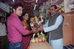Deepika Samson, Shoaib Ibrahim with Paresh Rawal sells Ganesh idols for the promotion of his film Oh My God on 7th Sept 2012 (74).JPG
