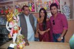 Deepika Samson, Shoaib Ibrahim with Paresh Rawal sells Ganesh idols for the promotion of his film Oh My God on 7th Sept 2012 (67).JPG