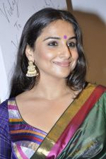 Vidya Balan at Viveek Sharma exhibition in Colaba on 8th Sept 2012 (107).JPG