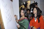 Vidya Balan, Shobha De at Viveek Sharma exhibition in Colaba on 8th Sept 2012 (100).JPG