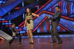 Kareena Kapoor, Mithun Chakraborty on the sets of Zee Dance Ke Superstar in Famous on 10th Sept 2012 (102).JPG