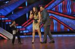 Kareena Kapoor, Mithun Chakraborty on the sets of Zee Dance Ke Superstar in Famous on 10th Sept 2012 (106).JPG
