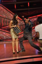 Kareena Kapoor, Mithun Chakraborty on the sets of Zee Dance Ke Superstar in Famous on 10th Sept 2012 (30).JPG