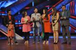 Kareena Kapoor, Mithun Chakraborty on the sets of Zee Dance Ke Superstar in Famous on 10th Sept 2012 (90).JPG