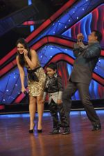 Kareena Kapoor, Mithun Chakraborty on the sets of Zee Dance Ke Superstar in Famous on 10th Sept 2012 (92).JPG