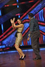 Kareena Kapoor, Mithun Chakraborty on the sets of Zee Dance Ke Superstar in Famous on 10th Sept 2012 (98).JPG